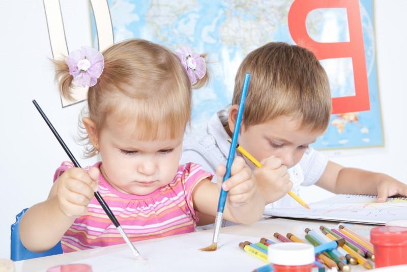 Niños dibujando en una escuela Montessori